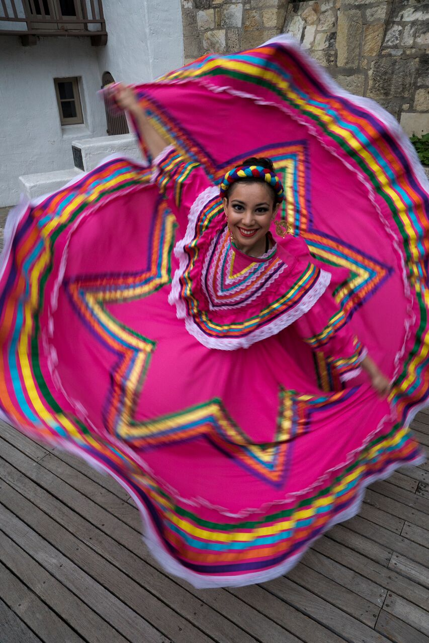 Photo of Fiesta Noche del Rio folklorico dancer